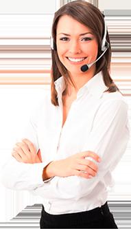 Mulher branca com fone de ouvido, vestindo camisa branca e calça preta, sorrindo para o usuário