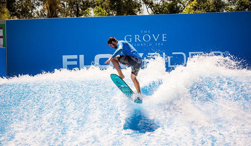Simulador de surf no The Grove Resort